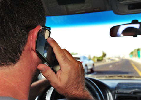 De acordo com estudo, o motorista sem experiência que estende o braço para pegar o celular aumenta o risco de acidentes em mais de 700%. (Foto: Reprodução).