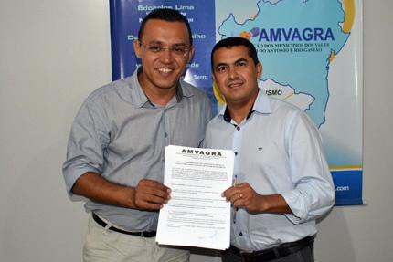 Gil Rocha assinou a ficha de filiação ao lado do presidente da associação, Alan Lacerda, prefeito da cidade de Licínio de Almeida. Foto: Divulgação.