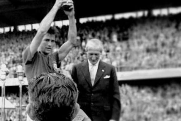 Gesto de Bellini de erguer a taça após a conquista da Copa do Mundo de 1958 ficou eternizadoDivulgação/CBF