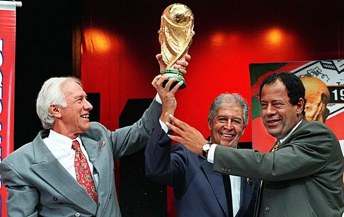Bellini, Mauro e Carlos Alberto Torres com a taça da Copa: os capitães dos três primeiros títulos (Foto: AFP)