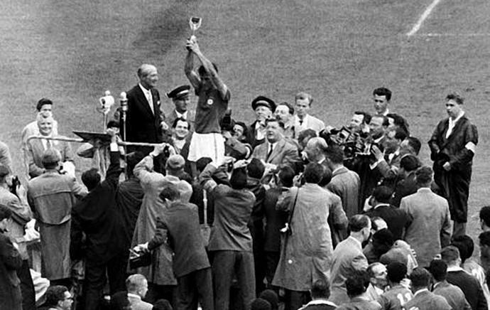 Bellini e o gesto que entrou para a história do futebol mundial após a conquista da Copa de 1958 (Foto: Agência Estado)
