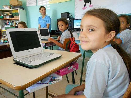 janio quadros criancas e laptop