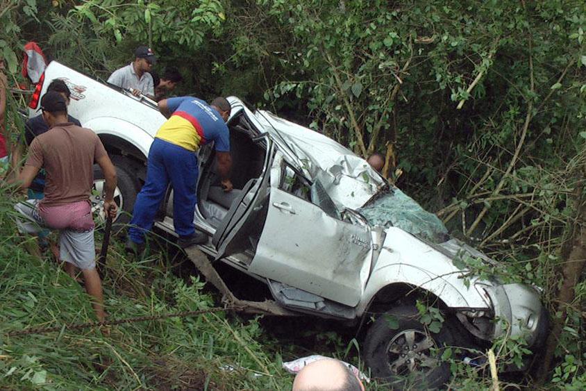 Veículo teria perdido o controle por conta da chuva. Foto: www.vermelhinho.com.br