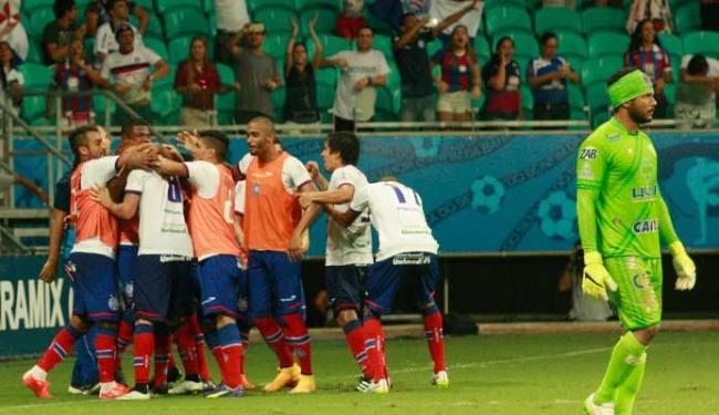 Jogadores do Bahia comemoram o quinto gol do tricolor, de Souza, cobrando pênalti. Foto: Margarida Neide | Ag. A TARDE