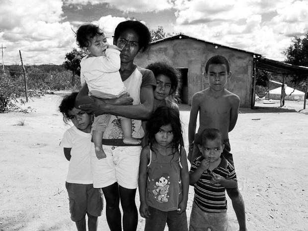 Ao lado dos filhos, Jesuína conta as dificuldades encontradas no sertão da Bahia (Foto: Adriano Oliveira/G1)