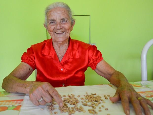 Aos 80 anos, Maria Augusta pode voltar a cozinhar sozinha após a cirurgia de catarata (Foto: Adriano Oliveira/G1)