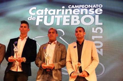 Naldo (1º à esquerda) eleito pela segunda vez o melhor volante de Santa Catarina. Foto: Foto: Marco Favero