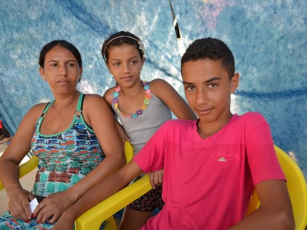 Wilton (à esquerda) aguarda para ser atendido lado da mãe e da irmã de 9 anos (Foto: Adriano Oliveira/G1)