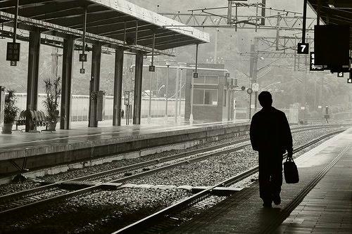 homem indo embora estacao de trem