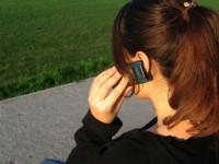 mulher-falando-ao-celular-
