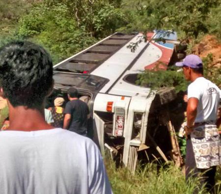 rio-de-contas-onibus-com-turistas-de-vitoria-da-conquista-capota-na-ba-148