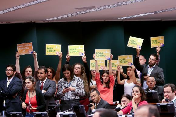 Manifestantes mostram cartazes de Fora, Cunha! durante a votação do relatório do deputado Marcos Rogério (DEM-RO) pela cassação de Eduardo de Cunha Foto: Wilson Dias/Agência Brasil