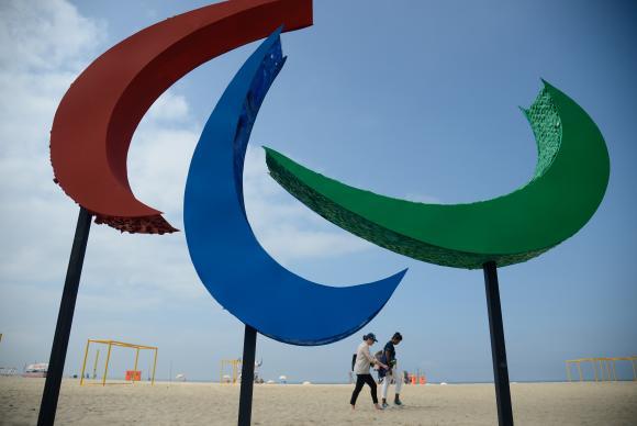 Rio de Janeiro - Escultura dos Agitos, símbolo dos Jogos Paralímpicos, foi inaugurada na Praia de Copacabana. Envolvendo um ponto central, os Agitos são um símbolo da integração dos atletas, vindos de todos os pontos do planeta Tânia Rêgo/Agência Brasil